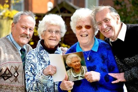 Cặp song sinh 81 tuổi kết hôn trong cùng một ngày