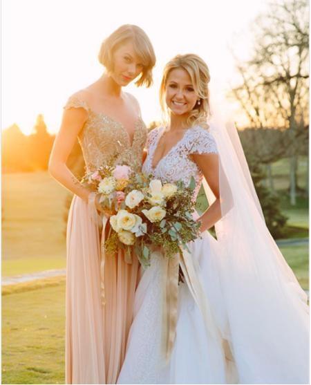 Trong ngày cưới của cô bạn thân từ thời thơ ấu Britany Mack hồi tháng 2/2016, Taylor Swift đã có cơ hội khoác lên mình một chiếc váy phù dâu hết sức lộng lẫy