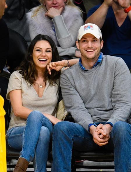 """Sau khi Mila Kunis sinh hạ người con đầu lòng cho nam tài tử Ashton Kutcher vào tháng 10/2014, đã có nhiều thông tin cho rằng cặp sao nổi tiếng đang """"rục rịch"""" lên kế hoạch kết hôn, tuy nhiên, giới thạo tin vẫn không thể """"do thám"""" được gì và phải nhiều tháng sau công chúng mới khám phá ra rằng cặp đôi đã bí mật làm đám cưới tại Oak Glen, California"""