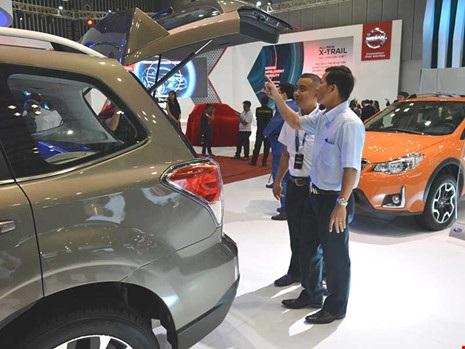 Ô tô Ấn Độ đang tạo nên cơn sốt trên thị trường Việt Nam. Trong ảnh: Khách hàng đang chọn mua xe. Ảnh: Quang Huy