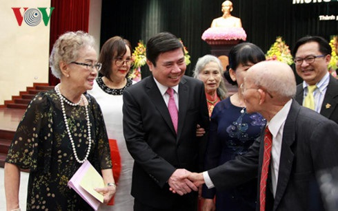 Chủ tịch UBND thành phố Hồ Chí Minh tiếp các Việt Kiều về thăm quê hương.