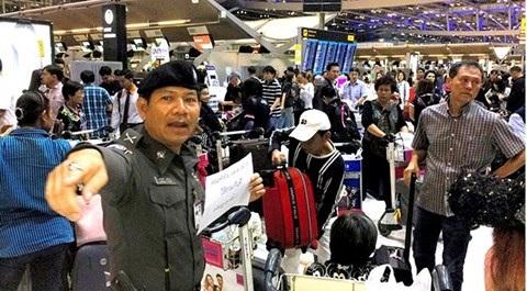 Cảnh sát hướng dẫn du khách bị mắc kẹt tại sân bay ở Bangkok