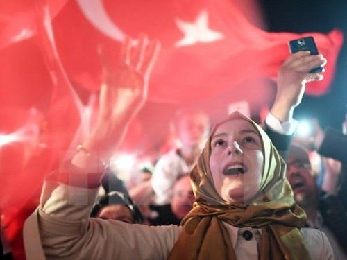 Những người ủng hộ đảng Công lý và Phát triển của Tổng thống Recep Tayyip Erdogan míttinh sau khi kết quả trưng cầu dân ý được công bố. (Nguồn: AFP/TTXVN)