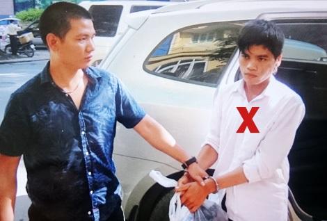 Trung tá Trần Nhật Tân dẫn giải một đối tượng truy nã (dấu X).