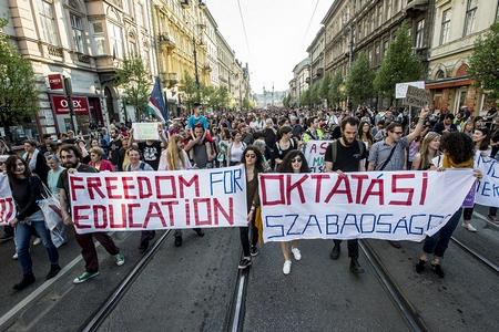 Biểu tình đòi tự do giáo dục ở thủ đô Budapest (Ảnh: hu.budapestbeacon.com.)
