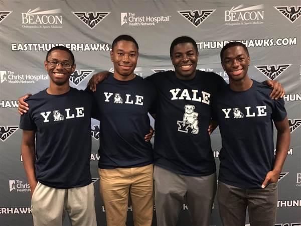 Bốn chàng trai từ chối lời mời của Harvard, bất ngờ chọn ĐH Yale.