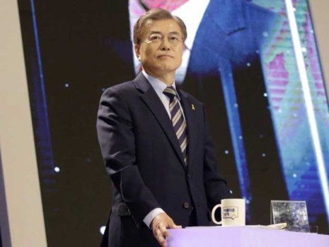 Ứng cử viên tổng thống hàng đầu Hàn Quốc Moon Jae-in thuộc đảng Dân chủ chuẩn bị tranh luận trên truyền hình ngày 2-5. Ảnh: BLOOMBERG