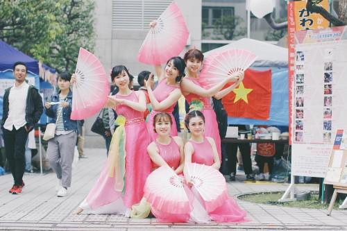 Ban Văn hóa của VYSA mang lại tiết mục múa quạt thướt tha nức lòng.
