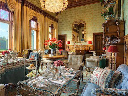 """Khách sạn Ashford Castle, County Mayo, Ireland từng tiếp đón rất nhiều tên tuổi lớn như Ronald Reagan, Brad Pitt, Barbra Streisand và John Travolta. Thậm chí, chàng """"điệp viên 007"""" Pierce Brosnan còn lựa chọn nơi đây làm địa điểm kết hôn với bà xã Keely Shaye Smith vì sự sang trọng, cổ điển mà không kém phần nên thơ, lãng mạn của khách sạn này."""