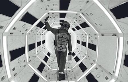 """Tác phẩm vĩ đại """"2001: A space Odyssey"""" (1968) của Stanley Kubrick đã đánh dấu một đỉnh cao mới của điện ảnh khi mô tả đầy bất ngờ về những cuộc hành trình khám phá vũ trụ. Ngoài việc diễn tả hết sức chi tiết về sự sống bên trong tàu vũ trụ, bên ngoài không gian cũng như các thiết kế công nghệ đi trước thời đại tới hàng thập kỷ, """"2001: A space Odyssey"""" chính là tác phẩm tiên phong mở ra các khái niệm về tiến hóa, sự sống ngoài hành tinh và trí thông minh nhân tạo cho dòng phim khoa học viễn tưởng."""