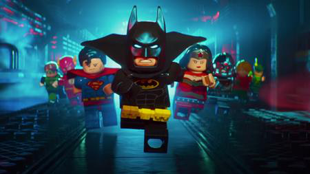 """""""Lego Batman Movie"""" là tác phẩm hoạt hình dựa trên đồ chơi Lego, không những khai thác tốt nội tâm phức tạp của Batman, bộ phim còn gây ấn tượng mạnh với phần đồ hoạ hoàn hảo cùng phong cách chiến đấu ngẫu hứng, đầy bất ngờ. Chính vì vậy, giới phê bình đã không ngần ngại dành cho """"Lego Batman Movie"""" một cơn mưa lời khen và nhận định đây là một trong những bộ phim hoạt hình xuất sắc nhất năm nay."""