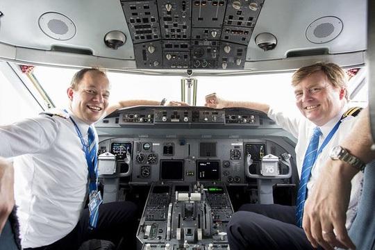 Vua Hà Lan trong buồng lái một chiếc máy bay của hãng KLM. (Ảnh: EPA)