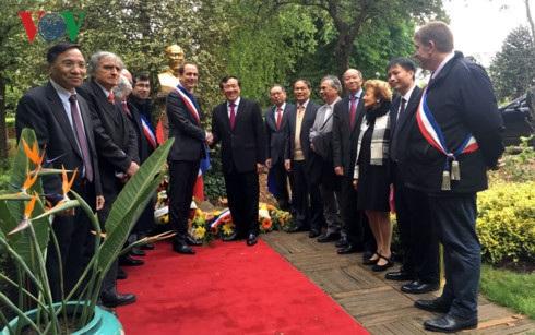 Lễ dâng hoa trước tượng đài Chủ tịch Hồ Chí Minh tại Công viên Montreau, thành phố Montreuil, ngoại ô Paris.