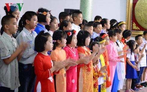 Các cháu thiếu nhi Việt kiều hát bài hát về Bác Hồ.