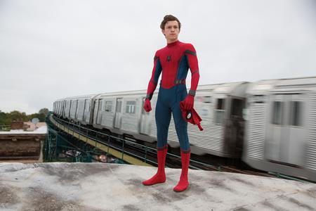 """Tom Holland là gương mặt trẻ sẽ thay thế hai đàn anh Andrew Garfield và Tobey Maguire để hóa thân thành chàng """"Siêu Nhện"""" trong bộ phim """"Spider-man: Homecoming"""", với danh tiếng có sẵn của loạt phim """"Spider-man"""" cộng với chất lượng phim đã được bảo chứng của Marvel, """"Spider-man: Homecoming"""" chắc chắn sẽ làm bùng nổ các phòng vé khi được cho ra mắt vào mùa hè này"""