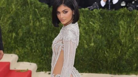 """Là thành viên nhỏ tuổi nhất trong đại gia đình Kardashian – Jenner, ngay từ nhỏ Kylie Jenner đã là """"cục cưng"""" của giới truyền thông. Tuy nhiên, cô em gái út của Kim Kardashian lại có những quyết định không hề sáng suốt để gây sự chú ý như thường xuyên đăng hình bốc lửa trên mạng xã hội, phẫu thuật thẩm mĩ ở tuổi vị thành viên và sa vào lưới tình của chàng rapper gốc Việt tai tiếng Tyga."""