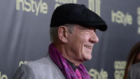 """Vai diễn Gandalf của Ian McKellen đã trở thành một trong những điểm nhấn đặc biệt của """"The Hobbit: An unexpected journey"""" nhưng ít ai biết rằng trong quá trình quay phim, nam diễn viên gạo cội từng rất nản lòng vì gần như toàn bộ các cảnh quay đều chỉ được thực hiện trên phông nền xanh. Ian McKellen phải diễn xuất một mình và tưởng tượng ra tất cả các bạn diễn với những nhân vật sẽ được công nghệ kĩ xảo bổ sung sau. Thậm chí, đạo diễn Peter Jackson còn phải làm công tác tư tưởng để thuyết phục Ian McKellen kiên trì với vai diễn của mình."""