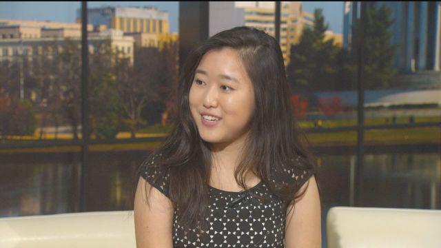 Stephanie Mui (17 tuổi ) tốt nghiệp đại học và thạc sĩ ngay khi còn là học sinh trung học.