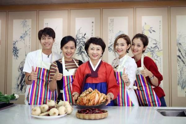 Cường Chu (ngoài cùng, bên trái) từng hỗ trợ, phiên dịch cho nhiều nghệ sĩ Việt khi sang Hàn.