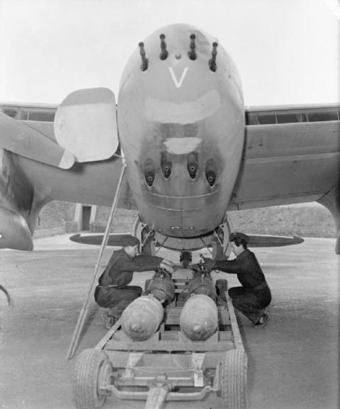 9 máy bay ném bom mạnh hơn máy bay tiêm kích - 1