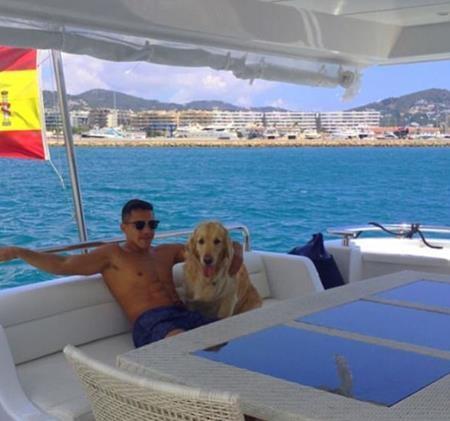 Alexis Sanchez vui vẻ đi nghỉ cùng thú cưng
