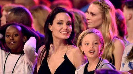 """Năm nay chỉ mới 10 tuổi nhưng Shiloh Jolie-Pitt, con gái của Angelina Jolie và Brad Pitt đã có được một lượng fan lớn nhờ sở hữu phong cách rất """"chất"""". Đặc biệt, Shiloh còn rất yêu thích môn trượt ván và đã được bố mẹ xây hẳn một công viên trượt ván phía sau nhà để làm quà sinh nhật."""