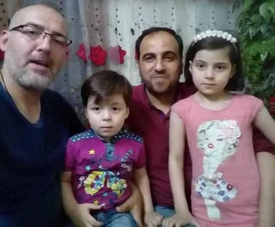 Hình ảnh mới của Omran bên gia đình. Ảnh: Daily Mail