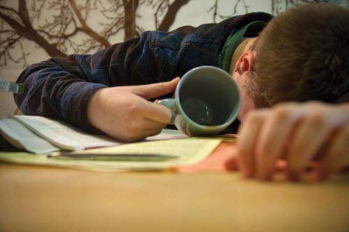 Việc thức thâu đêm khiến sức khỏe của nhiều học sinh bị ảnh hưởng nghiêm trọng.
