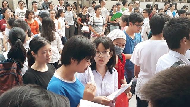 """""""Cuộc đua"""" vào lớp 10 công lập Hà Nội được đánh giá đầy căng thẳng."""