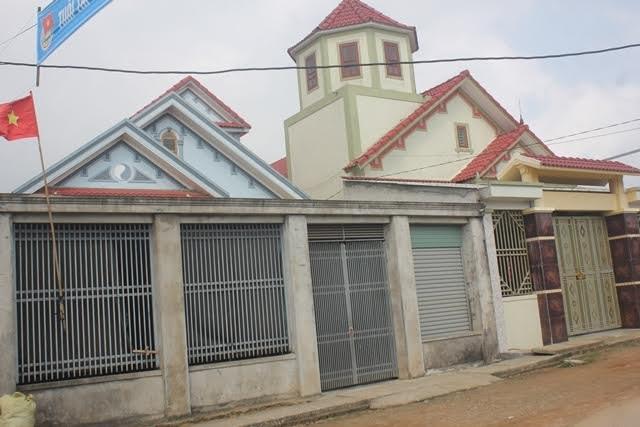 Nhiều ngôi nhà khang trang tại thôn Lê Lợi mọc lên nhờ cây dương biển.