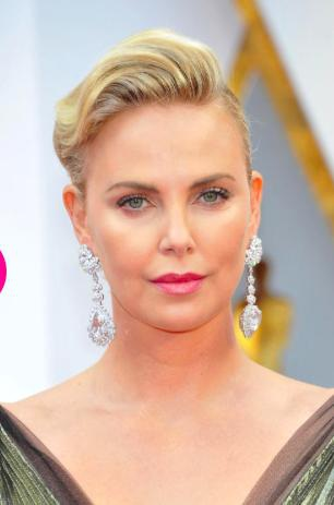 Nữ diễn viên Charlize Theron đã tỏa sáng rực rỡ tại lễ trao giải Oscar với một đôi hoa tai có tới 25 carat kim cương hình quả lê và 26 carat kim cương hình trái tim