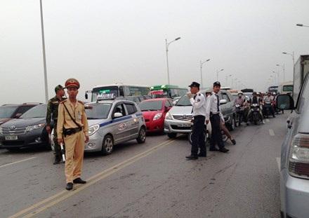 Một trong những nguyên nhân gây ùn tắc tại các thành phố lớn do không thể quản nổi số lượng xe taxi công nghệ như Uber và Grab. Ảnh: Sỹ Lực