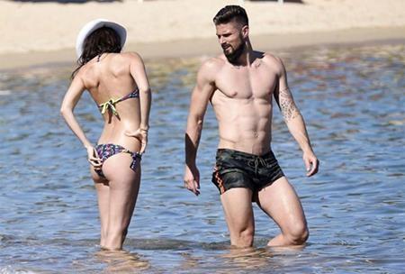 """Vợ chồng Giroud """"nổi bần bật"""" khi đi nghỉ mát tại Sardinia"""