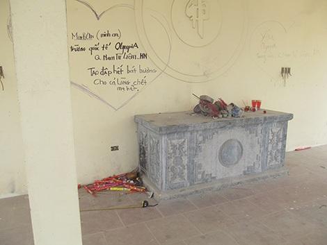 Từ những dòng chữ để lại trên nhà tang lễ Nghĩa trang nhân dân Ỷ La, giám định viên đã kết luận chính xác thủ phạm đập phá hơn 300 bát hương.