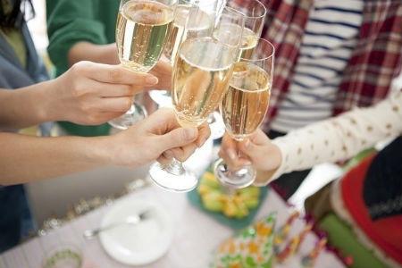 Ngán rượu chè, cỗ bàn, nhiều sếp chi tiền thuê người ăn cưới hộ (ảnh minh họa)