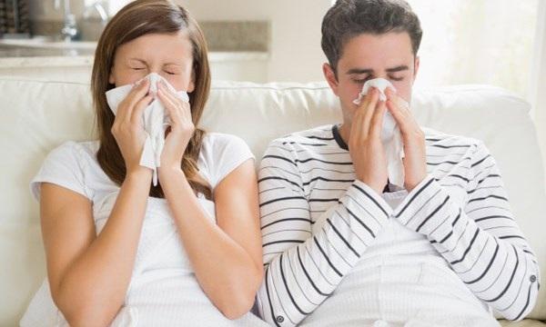 Theo BS Bình, triệu chứng của cảm thường bắt đầu bằng đau rát vùng cổ họng trong 1-2 ngày, hắt hơi, sổ mũi nhiều, ho ít hoặc ho khan kèm theo sốt nhẹ không quá 38oC, ở trẻ nhỏ có thể sốt cao hơn. Cảm lạnh thông thường tự hết trong vòng từ 7-10 ngày, không cần dùng kháng sinh. Tuy nhiên, những trường hợp kéo dài hơn có thể bội nhiễm vi trùng hay một bệnh lý khác.