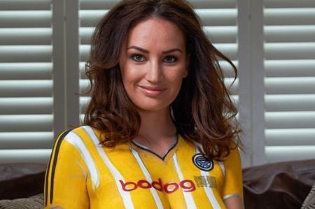 Câu lạc bộ Ayr United thuộc giải bóng đá Scotland League One vừa có một màn ra mắt áo đấu khó quên khi trực tiếp vẽ chiếc áo đấu trong mùa bóng tới lên cơ thể của một người mẫu ngực trần. Và dĩ nhiên, chiếc áo đặc biệt của Ayr United đã khiến các cổ động viên nam phải trầm trồ xuýt xoa.
