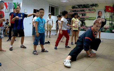 Andrey Savash - Học trò kế nghiệp xuất sắc của Võ sư Phạm Duy Duy đi một bài võ mẫu.