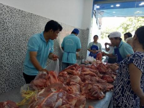 Người dân mua hàng rất đông tại một cửa hàng của công ty An Hạ
