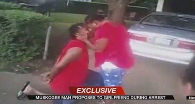 Cận cảnh màn cầu hôn gây xôn xao của nghi phạm Thompson