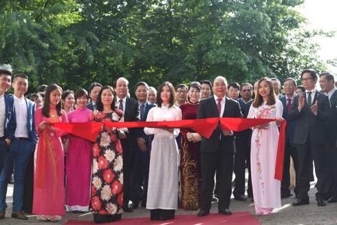 Thủ tướng cắt băng khánh thành trụ sở mới của ĐSQ Việt Nam tại Hà Lan