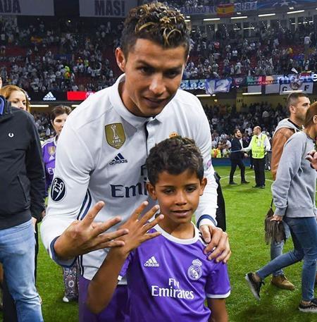 """C.Ronaldo đang phải chịu một """"cơn mưa"""" chỉ trích"""