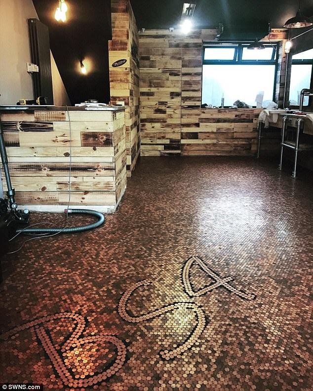 Một thợ cắt tóc đã nghĩ ra một cách thông minh để cắt giảm chi phí lát sàn cửa hàng mới của mình với 70.000 đồng xu. (Nguồn: SWNS.com)