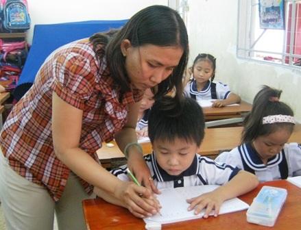 Cô Lê Thanh Sương (Trường tiểu học Kim Đồng, Q.Gò Vấp, TPHCM) dạy nét chữ đầu tiên cho học trò.