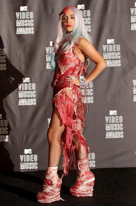 Lady Gaga từng gây xôn xao dư luận với bộ trang phục thịt sống tại MTV Video Music Awards 2010 và càng sốc hơn nữa là Lady Gaga muốn truyền tải thông điệp về nhân quyền, về những điều mà mình tin tưởng thông qua chính bộ cánh độc nhất vô nhị này