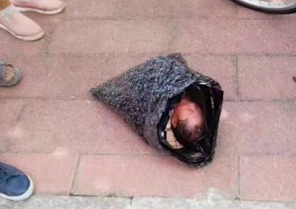 Đứa trẻ sơ sinh bị mẹ tàn nhẫn bọc trong túi ni lông
