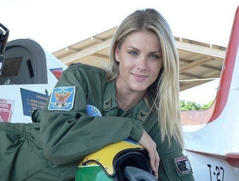 Hình ảnh nữ phi công Nga khiến mạng xã hội dậy sóng