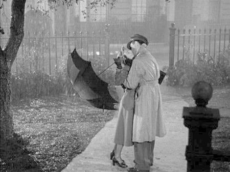 """Trong bộ phim kinh điển """"Waterloo bridge"""" hồi năm 1940, hai ngôi sao nổi tiếng Vivien Leigh và Robert Taylor đã có một nụ hôn nồng nàn dưới làn mưa lạnh vô cùng khó quên"""