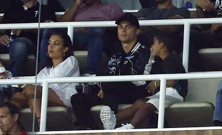 Georgina Rodriguez trông khá buồn chán khi tới xem bóng đá