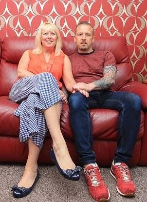 Claire và David vẫn sống mỗi người một ngả dù đã kết hôn được 16 năm…